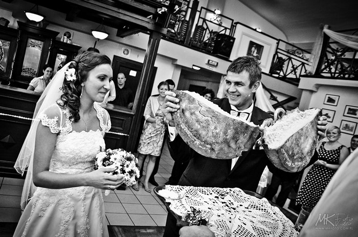 Chleb zamiast szampana na weselu